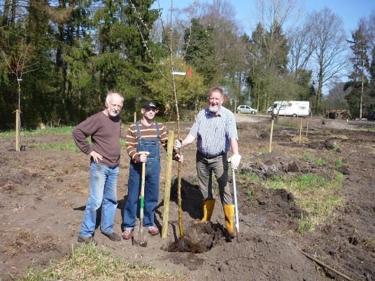 Erste Pflanzaktion im April 2011 v l. Theo Lüken (NABU), Ingo Rieken, Johannes Bolland (Appelhoff) - Befis NaturGarten