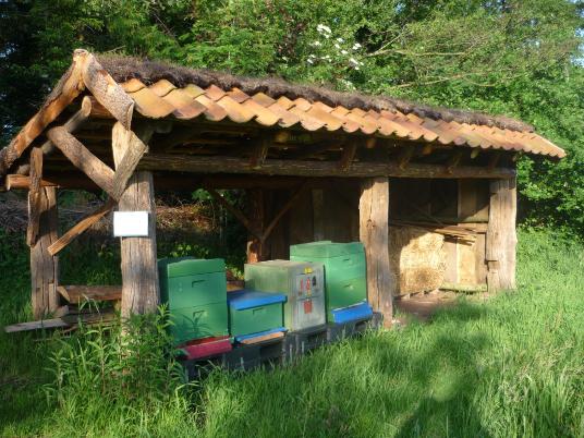 Das Bienenhaus in Befis NaturGarten